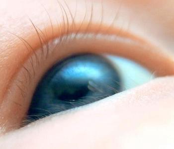 婴儿眼睛发蓝的原因与护理