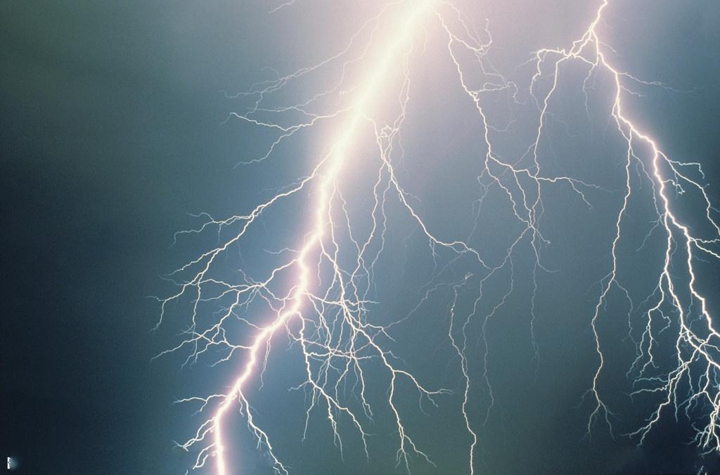 如何预防小儿触电与雷击