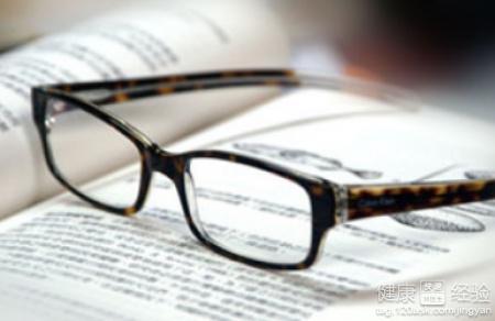 阳光/1远视眼是需要使用酨远视眼镜的方法来矫正视力,而眼镜的配置和...