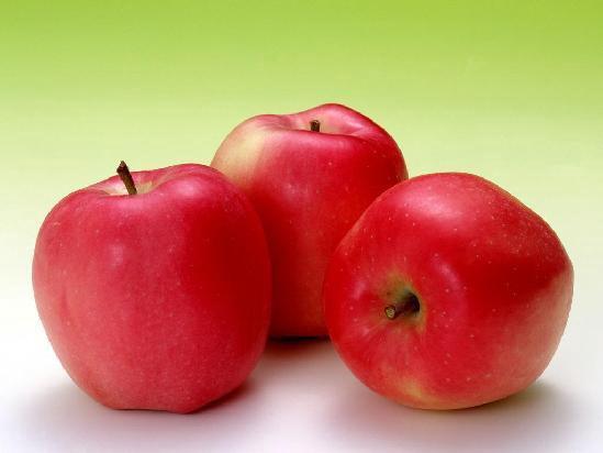 1.多吃新鲜蔬菜和水果 多吃含维生素A、B、E的食物,适当加强蛋白